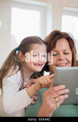 Großmutter und Enkelin im digital-Tablette, Lächeln - Stockfoto