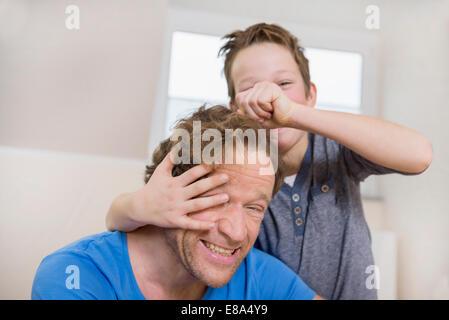 Verspielte Vater und Sohn zu Hause - Stockfoto