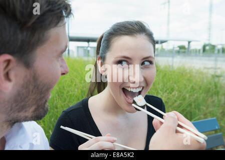 Glückliches Paar Essen Sushi im freien - Stockfoto