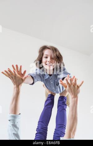 Mutter Tochter auf ihren Füßen balancieren - Stockfoto