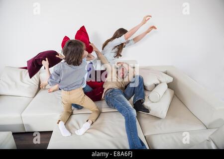 Familie Kissenschlacht auf couch - Stockfoto