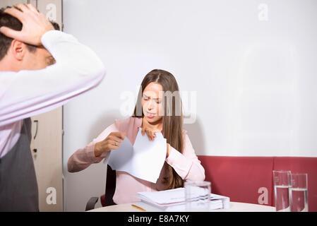 Junges Paar streiten Büro reißen Vertrag - Stockfoto