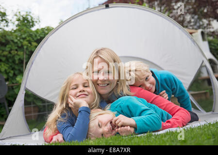 Mutter mit kleinen Kindern kleines Zelt Garten Rasen - Stockfoto