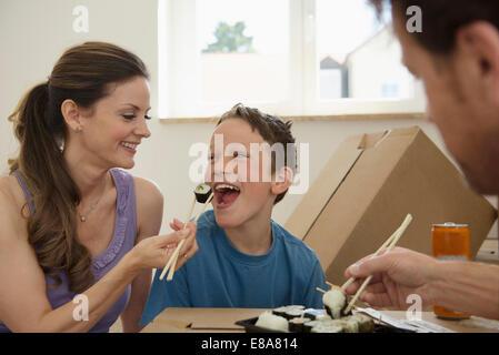 Neues Zuhause übersiedelt Familie Sushi-Essen