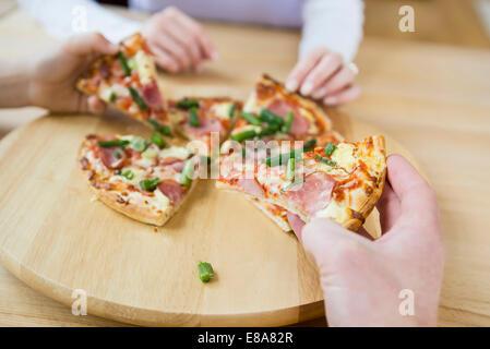 Familie, eine pizza - Stockfoto