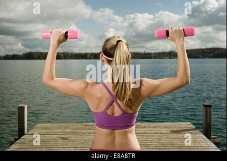 Frau, training mit Hanteln, Woerthsee, Bayern, Deutschland - Stockfoto