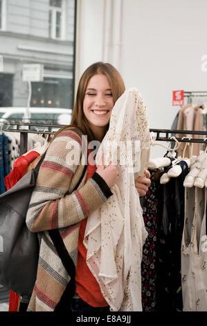 Porträt der jungen Frau einkaufen im Fashion Store, Lächeln - Stockfoto