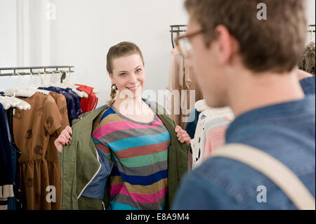 Junges Paar Einkaufen bei Fashion-store - Stockfoto