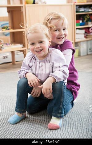 Porträt von zwei kleine Schwestern im kindergarten - Stockfoto
