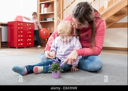 Weibliche Erzieher spielen mit kleinen Mädchen im kindergarten - Stockfoto