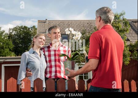 Junges Paar neue Besitzer Nachbar Gruß - Stockfoto