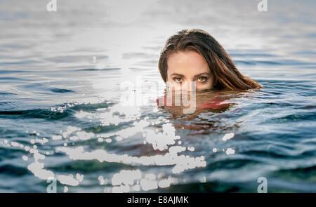 Porträt der jungen Frau beim Schwimmen im Meer, Castiadas, Sardinien, Italien - Stockfoto