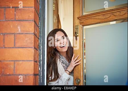 Frau vor Türöffnung - Stockfoto