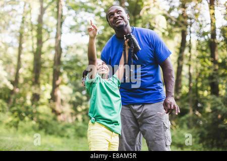 Junger Vater und Tochter Vogel beobachten im Wald Eco camp - Stockfoto