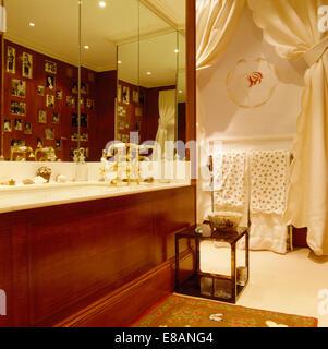 Entzuckend ... Spiegelwand Oberhalb Bad Mit Polierten Holzplatte Im Bad Mit Kleinem  Tisch Und Fenster Mit Cremefarbenen Vorhängen