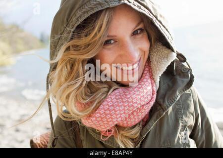 Alle Frau eingewickelt auf windiger Strand - Stockfoto