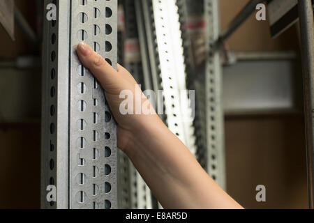 Hand der Kundin Auswahl Metallstangen im Baumarkt - Stockfoto