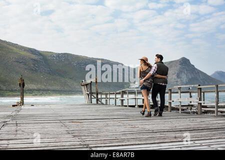 Junges Paar schlendern entlang alten Pier, Cape Town, Western Cape, Südafrika - Stockfoto