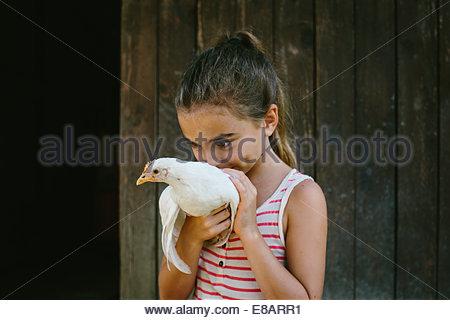 Mädchen halten Henne - Stockfoto