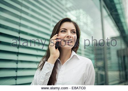 Geschäftsfrau auf Handy, Lächeln - Stockfoto