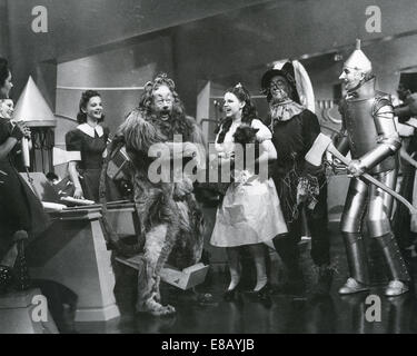 THE WIZARD OF OZ 1939 MGM Film von l: Bert Lahr (Löwe), Judy Garland, Ray Bolger (Vogelscheuche) Jack Haley Blechmann) - Stockfoto