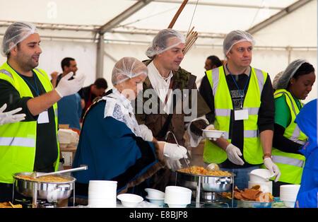 Nottingham, UK. 4. Oktober 2014. Der Sheriff von Nottingham (Cllr Jackie Morris) und Robin Hood trat Freiwilligen - Stockfoto