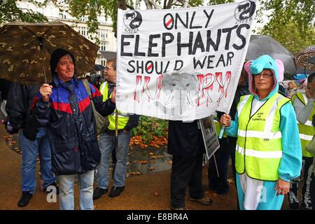 London, UK. 4. Oktober 2014. Demonstranten mit Plakaten und Bannern bei Global Marsch für Elefanten und Nashörner, - Stockfoto