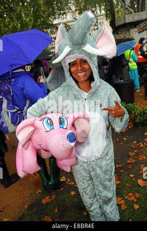 London, UK. 4. Oktober 2014. Demonstranten gekleidet wie ein Elefant mit und aufblasbare rosa Elefant bei der Global - Stockfoto