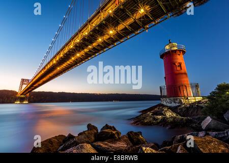 George-Washington-Brücke und die kleinen roten Leuchtturm auf dem Hudson River in New York - Stockfoto