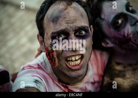 Sitges, Spanien. 4. Oktober 2014. Zombies auf der Kamera bei Sitges Zombie Walk 2014 Credit voraus: Matthias Oesterle/ZUMA - Stockfoto