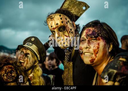 Sitges, Spanien. 4. Oktober 2014. Zombies aller Art sammeln für Sitges Zombie Walk 2014 Credit: Matthias Oesterle/ZUMA - Stockfoto