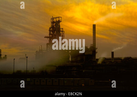 Port Talbot Stahlwerk bei Sonnenuntergang. Industrielandschaft.