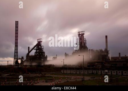 Port Talbot Stahlwerk in Richtung Sonnenuntergang, lange Exposition