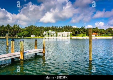 Dock und Häusern entlang Collins Canal in Miami Beach, Florida. - Stockfoto