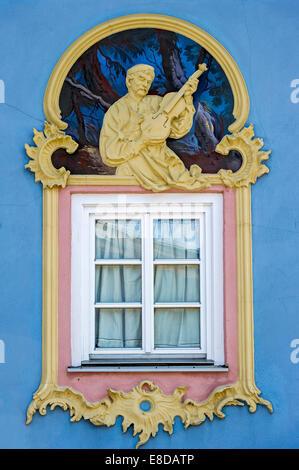 Fenster mit Stuck und Lüftlmalerei, Mittenwald, Werdenfelser Land, Upper Bavaria, Bavaria, Germany - Stockfoto