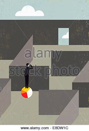 Geschäftsmann auf Kreisdiagramm peering über Mauer stehend, Weg aus dem Labyrinth finden - Stockfoto