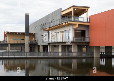 Umweltbildung und Ethik-Zentrum, eine LEED Gold Standard Gebäude mit Solar-Panel und Wasser Behandlung Feuchtgebiet - Stockfoto