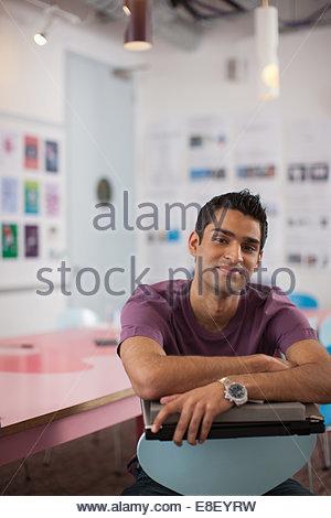 Lächelnde Geschäftsmann im Büro - Stockfoto