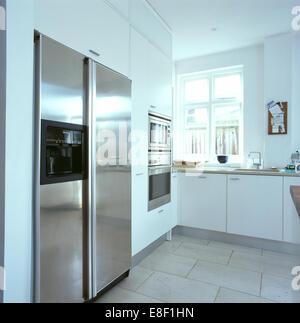 Edelstahl-Kühlschrank in modernen Küche Stockfoto, Bild: 35130536 ...