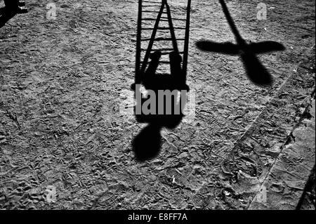 Schatten eines Kindes auf einem Spielplatz spielen - Stockfoto