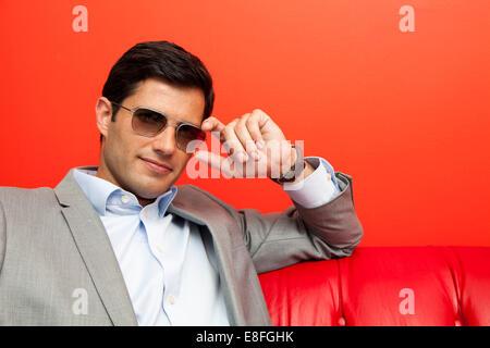 Porträt eines Geschäftsmannes mit Sonnenbrille - Stockfoto