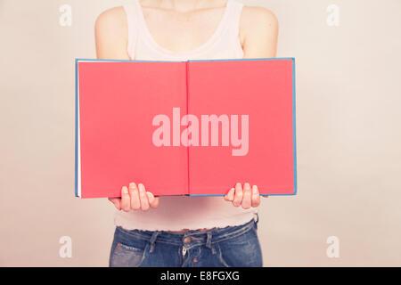 Frau mit Buch mit leeren Seiten offen - Stockfoto