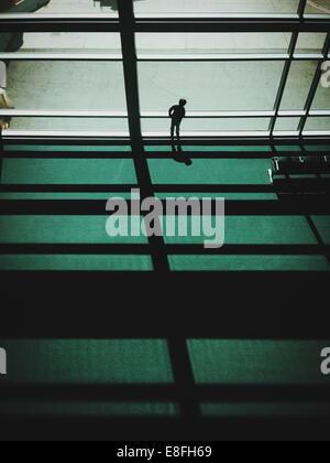 Junge aus Flughafen Fenster - Stockfoto