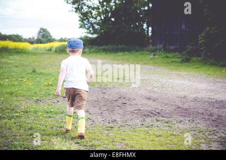 Junge im ländlichen Landschaft laufen - Stockfoto