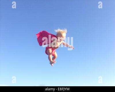 Baby Junge gekleidet als Superheld Mitte Luft - Stockfoto