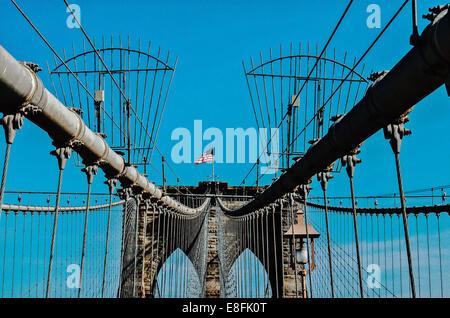 USA, New York State, New York City, Brooklyn Bridge mit Flagge - Stockfoto
