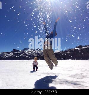 Zwei Jungs spielen in den Schnee, Lake Tahoe, Kalifornien, Amerika, USA - Stockfoto