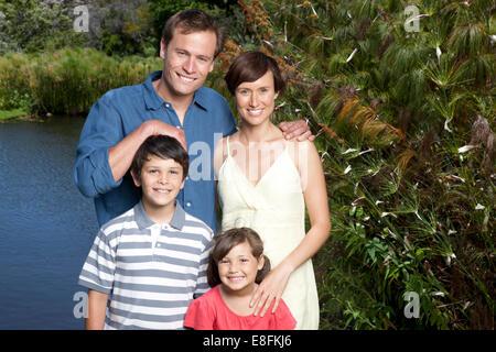 Porträt einer Familie steht an einem See - Stockfoto