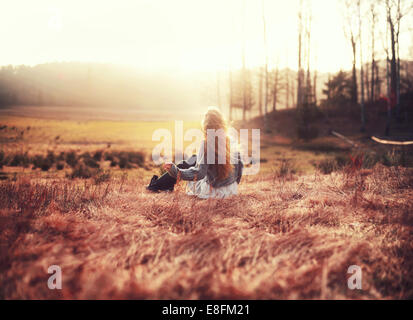 Rückansicht der Frau auf einer Wiese, Norwegen - Stockfoto