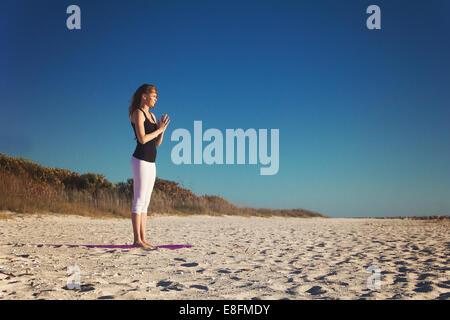 junge frau die im garten yogaÜbungen macht kopfstand